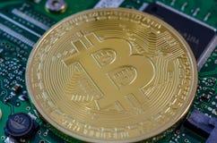 Концепция Bitcoin любит компьютерная микросхема на материнской плате Стоковая Фотография RF