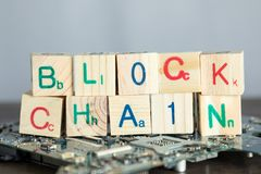 Концепция Blockchain Деревянные блоки говорят цепь блока с бинарным кодом стоковая фотография