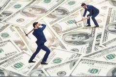 Концепция cryptocurrency с деньгами минирования бизнесмена Стоковые Изображения