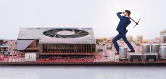 Концепция cryptocurrency с деньгами минирования бизнесмена Стоковые Фотографии RF