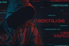 Концепция Cyberstalking с безликим с капюшоном мужск человеком стоковая фотография