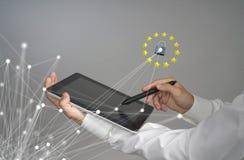 Концепция GDPR или DSGVO Общая регулировка защиты данных, защита личных данных Молодой человек с работами таблетки стоковое фото