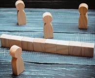 Концепция misunderstanding барьер в запирательстве отношений общества Барьеры между предубежденностью людей социальные классы стоковая фотография rf