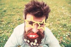 Концепция Photosession Битник с бородой на жизнерадостной стороне, представляющ с звездой сформировал стекла и губы Гай смотрит с стоковые изображения rf