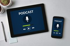 Концепция Podcast на экране таблетки и smartphone Стоковое Изображение