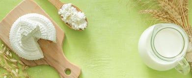Концепция Shavuot - молочные продучты и пшеница на предпосылке древесной зелени стоковое фото rf