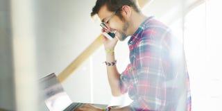 Концепция Smartphone молодого человека усмехаясь говоря стоковая фотография rf