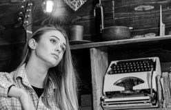 Концепция Tomboy Tomboy девушки тратит время в доме егеря Дама на мечтательной стороне в одеждах шотландки смотрит милой и стоковое фото