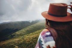 концепция wanderlust и перемещения путешественник девушки держа шляпу и уборную Стоковые Изображения