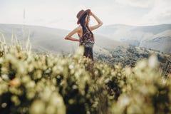 концепция wanderlust и перемещения стильная женщина путешественника в уборной шляпы Стоковые Фотографии RF