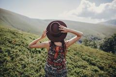 концепция wanderlust и перемещения стильная женщина путешественника в уборной шляпы Стоковая Фотография RF