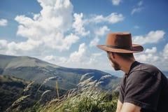 концепция wanderlust и перемещения стильный человек путешественника в looki шляпы Стоковые Изображения