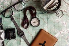 Концепция Wanderlust и приключения, опарник с деньгами для comp перемещения Стоковое фото RF