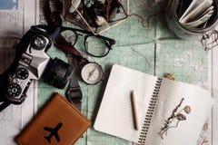Концепция Wanderlust и приключения, опарник с деньгами для comp перемещения Стоковое Фото