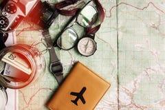 Концепция Wanderlust и приключения, опарник с деньгами для comp перемещения Стоковая Фотография