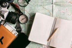 Концепция Wanderlust и приключения, пасспорт телефона камеры компаса Стоковые Изображения RF