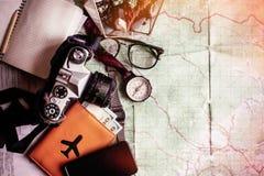 Концепция Wanderlust и приключения, пасспорт телефона камеры компаса Стоковое фото RF