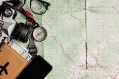 Концепция Wanderlust и приключения, старая камера фото телефона компаса Стоковое Изображение RF