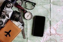 Концепция Wanderlust и приключения, телефон с пустыми compas экрана стоковые изображения rf
