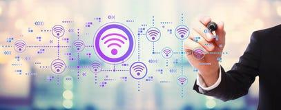 Концепция Wifi с бизнесменом стоковая фотография rf