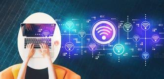 Концепция Wifi с человеком используя ноутбук стоковое изображение