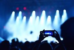 Концерт в реальном маштабе времени записи мобильного телефона Стоковое фото RF