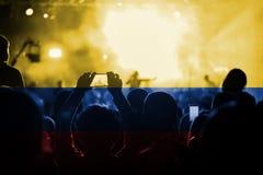Концерт живой музыки с смешивать флаг Колумбии на вентиляторах Стоковые Изображения