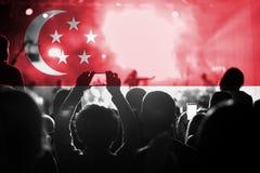 Концерт живой музыки с смешивать флаг Сингапура на вентиляторах Стоковые Фото