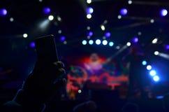 Концерт записи с умным телефоном Стоковые Изображения RF