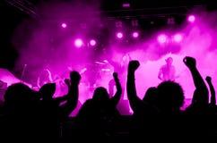 Концерт тяжелого метала с ультрафиолетовыми светами Стоковые Фото