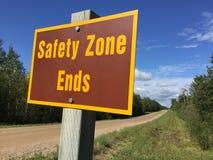 Концы безопасной зоны подписывают внутри сельский район стоковое изображение