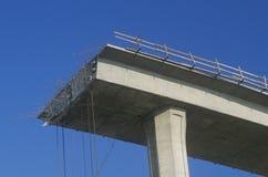 Концы структуры скоростного шоссе бетона скачком с железной поддержкой не будут составлять вставлять вне и рельсы безопасности вы стоковое фото