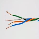 Концы электрического кабеля, на белизне Красочная пачка избирает Стоковое Фото
