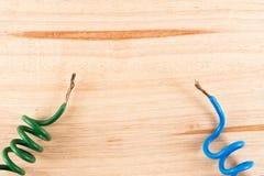Концы электрического кабеля на деревянном столе Стоковое Изображение