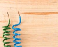 Концы электрического кабеля на деревянном столе Стоковое фото RF