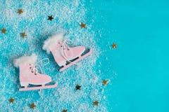 Коньки льда в снежинках Концепция игр спорта зимы Стоковые Изображения
