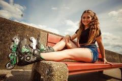 Коньки ролика катания молодой женщины Стоковое Изображение RF
