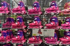 Коньки ` s детей встроенные в спортивном магазине стоковые изображения rf