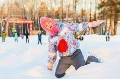 Конькобежец девушки в снеге Стоковые Фотографии RF
