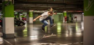 Конькобежец делая фокусы и скача в подземный гараж Стоковые Фото