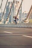 Конькобежец делая фокусы и скача на автодорожный мост улицы Fr Стоковые Изображения RF
