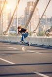 Конькобежец делая фокусы и скача на автодорожный мост улицы Fr Стоковые Фотографии RF