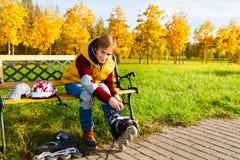 Конькобежец кладя на ролики Стоковые Фотографии RF