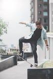 Конькобежец мальчика делает эффектное выступление на улице Стоковая Фотография RF