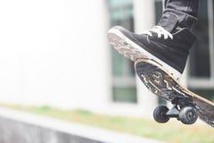 Конькобежец мальчика делает эффектное выступление на улице Стоковые Фотографии RF