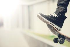 Конькобежец мальчика делает эффектное выступление на улице Стоковое Фото