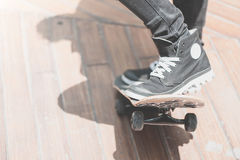 Конькобежец мальчика делает эффектное выступление на улице Стоковые Фото
