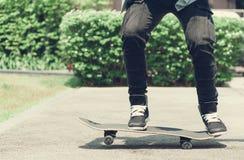 Конькобежец мальчика делает эффектное выступление на улице Стоковые Изображения