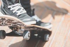 Конькобежец мальчика делает эффектное выступление на улице Стоковое Изображение