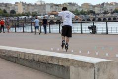 Конькобежец ролика выполняет акробатику в Quai Луис XVIII в Бордо, Франции стоковые изображения rf